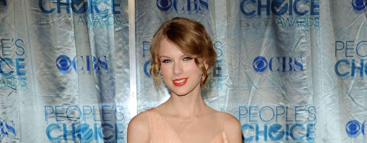 Taylor sabe que si usa colores claros corre el riesgo de verse demasiado pálida, así que se va con mucho cuidado con estos tonos y procura no exagerar el maquillaje.