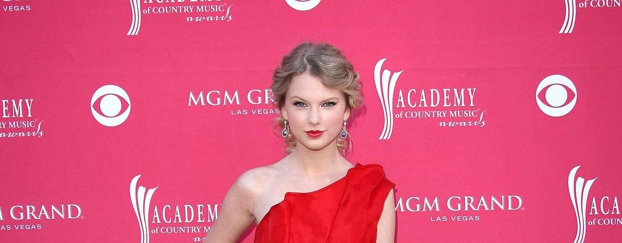 Posteriormente, la rubia encontró en el rojo uno de sus mejores aliados y comenzó a usarlos con mayor frecuencia. El corte del vestido aún era un tema pendiente.