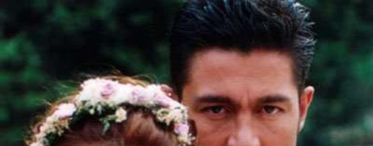 Abrázame muy fuerte (2000 - México) Historia de amor entre María del Carmen y Carlos Manuel que tendrán que luchar contra envidias, malos tratos e infidelidades para ser felices.