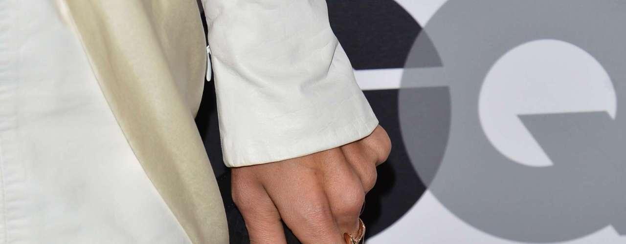 Para hacer contraste con su vestido blanco, la modelo llevó un bolso negro.