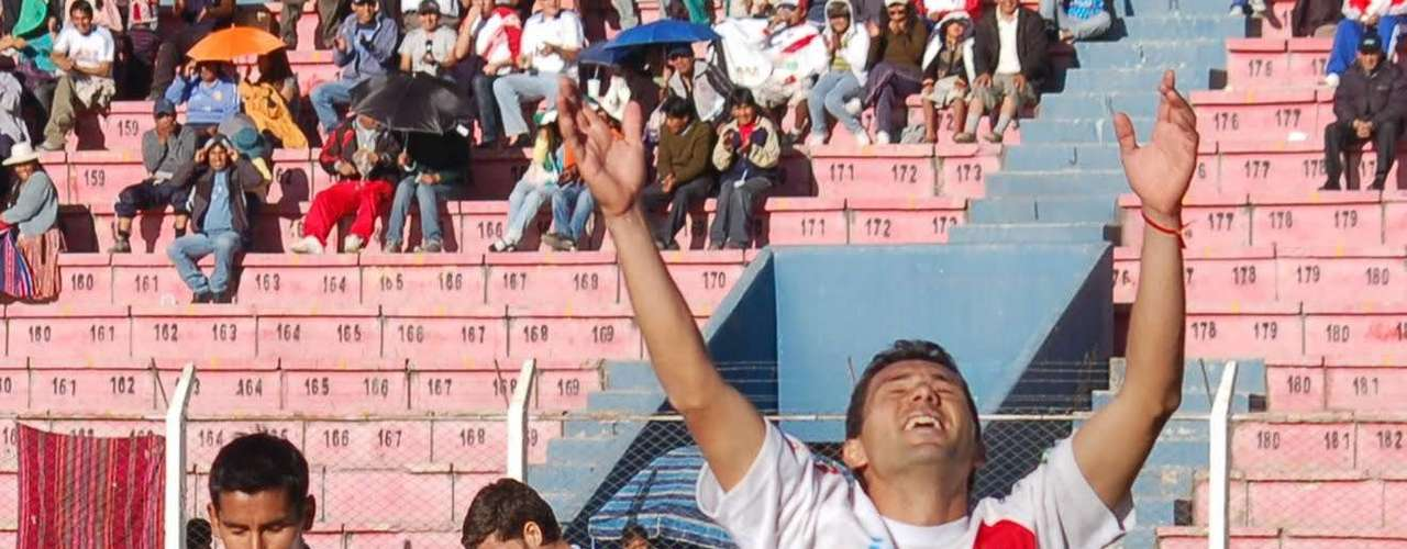 El boliviano Gastón Mealla remató de escorpión en el duelo entre su equipo, Nacional Potosí, y The Strongest.