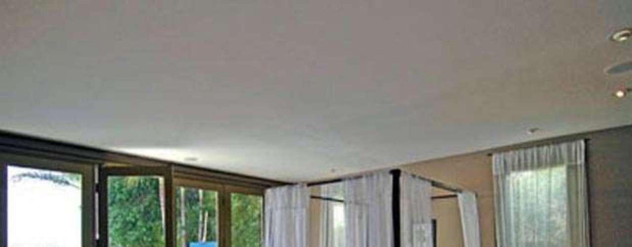 La Mansión de estilo balinés de la espectacular actor Javier Bardem en Los Ángeles fue construida en 1956, tiene tan sólo 3.300 metros cuadrados distribuidos en tres habitaciones, 2 baños, un patio privado con hermosos suelos en bambú.