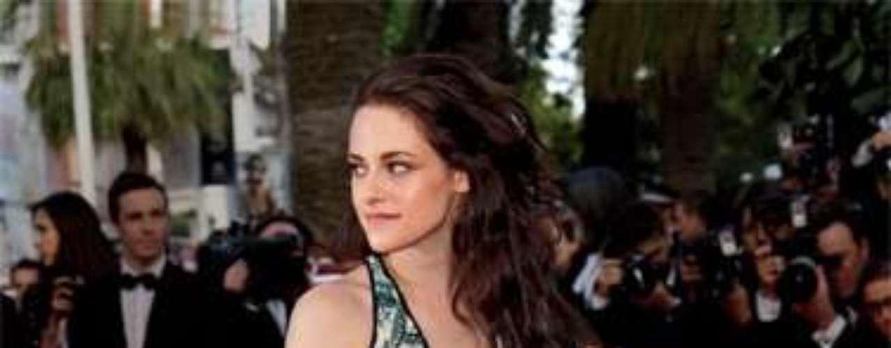 Kristen Stewart asistió al Festival de Cannes con este diseño de Balenciaga. La actriz ocupa el séptimo puesto en la lista de las mejor vestidas de Vogue 2012.
