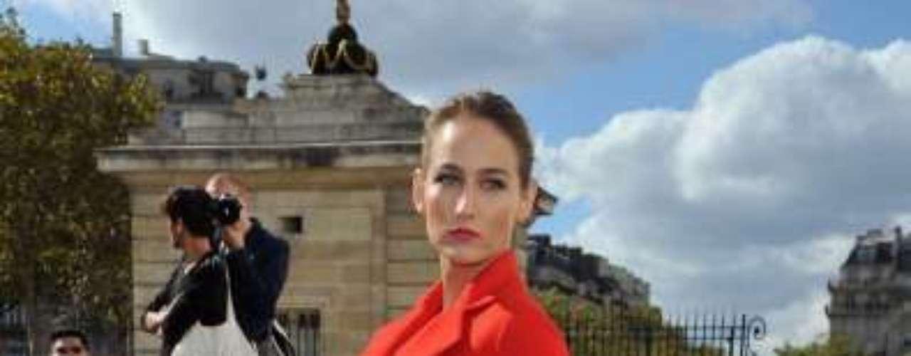 La actriz Leelee Sobieski deslumbró con este look rojo de Dior Haute Couture en la Semana de la Moda en París. Ella ocupa el tercer sitio de la lista.