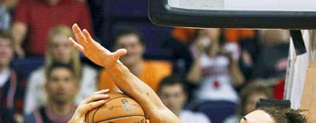 Bulls vs. Suns: Joakim Noah bloquea el disparo de Luis Scola (14). Chicago tuvo que emplearse en tiempo extra para vencer 112-106 a Phoenix en el US Airways Center.