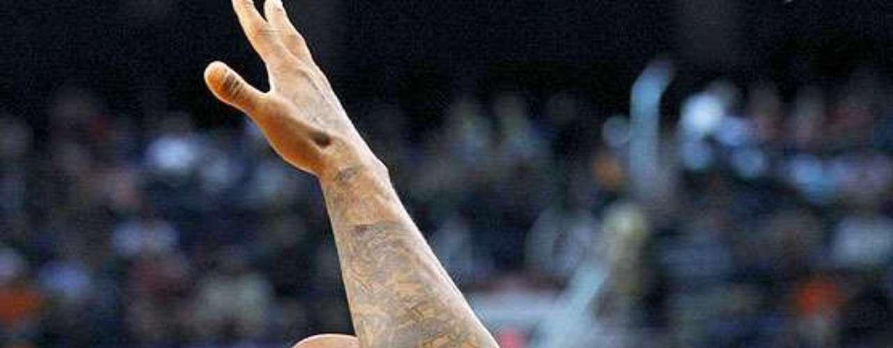 Bulls vs. Suns: Richard Hamilton recibe un golpe en la cara de parte de P.J. Tucker (17). Chicago tuvo que emplearse en tiempo extra para vencer 112-106 a Phoenix en el US Airways Center.