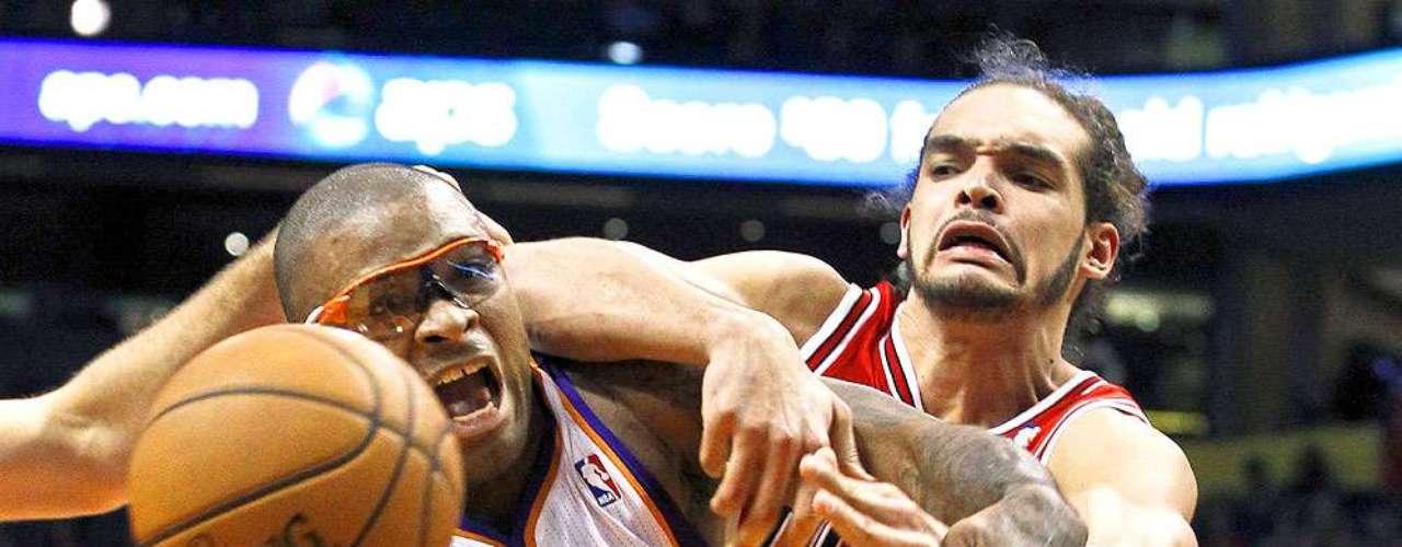 Bulls vs. Suns: P.J. Tucker (17) pelea por el balón suelto con Joakim Noah. Chicago tuvo que emplearse en tiempo extra para vencer 112-106 a Phoenix en el US Airways Center.