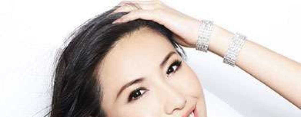China, Dan Ji Xu. Procedencia: Shanghai. Edad: 22. Creció en la provincia de Jilin, donde fue criada por su abuela y sus primos 11. Ella baila desde los 6 años y tiene un amor especial por el Flamenco. Ella toca el piano desde los 3 años y ha competido a nivel nacional. A Xu Ji Dan le encanta viajar, hornear, y la moda femenina. Un día espera tener su propia firma de moda. \
