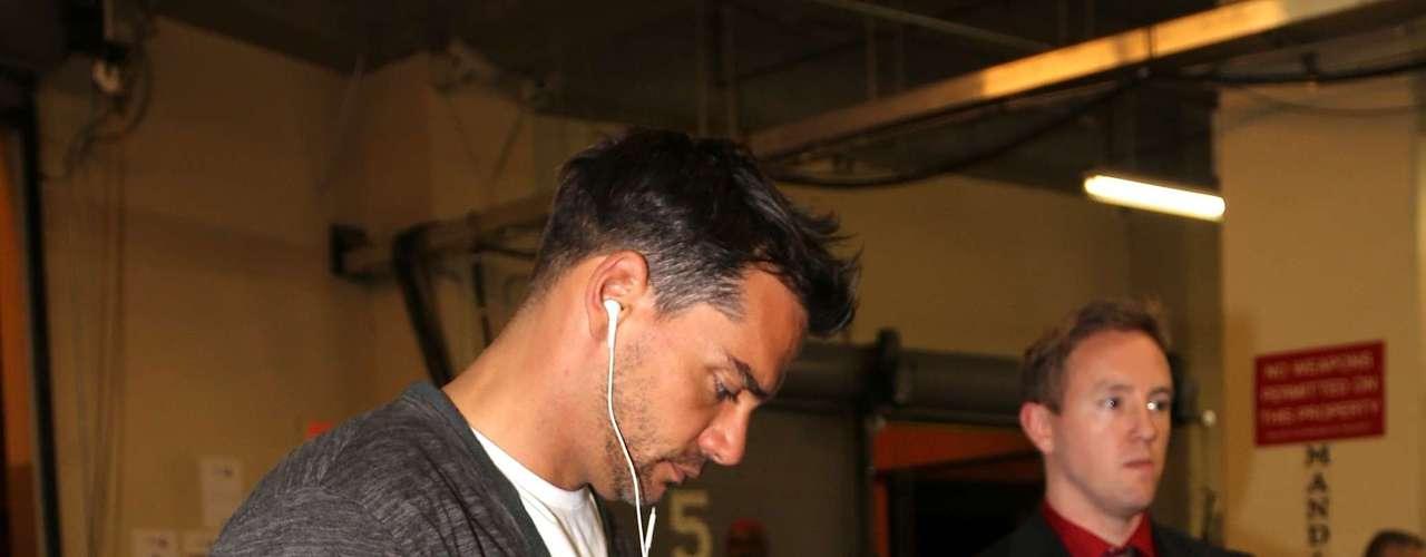 Tras bastidores, Cristián de la Fuente, presentador de los Latin Grammy 2012 junto a Lucero, consulta su iphone a la salida de los ensayos.