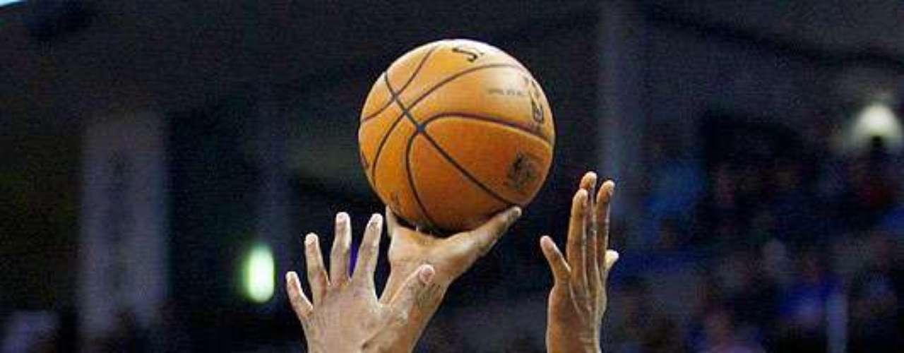 Grizzlies vs. Thunder: Kevin Durant (35) intenta un disparo ante la marca de Rudy Gay. Memphis dio la sopresa y venció 107-97 al Thunder en el Chesapeake Energy Arena.