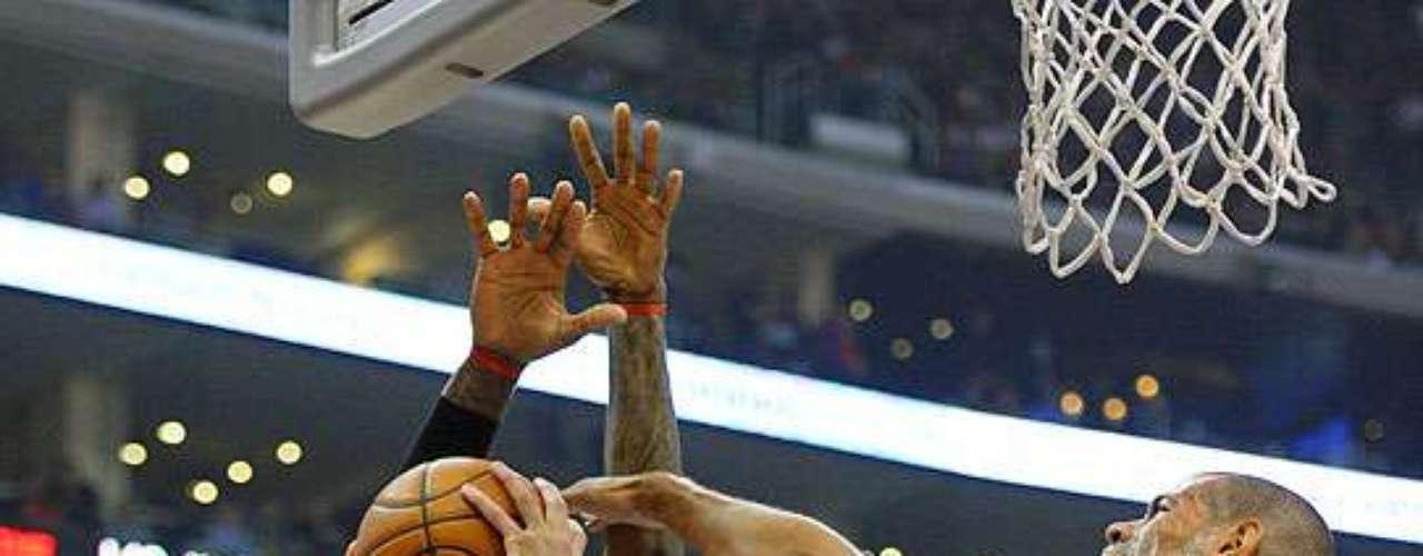 Heat vs. Clippers: Blake Griffin (32) realiza un disparo ante la marca de LeBron James y Shane Battier.  Los Clippers hicieron pedazos a la defensiva de Miami para ganar 107-100 en juego celebrado en el Staples Center.