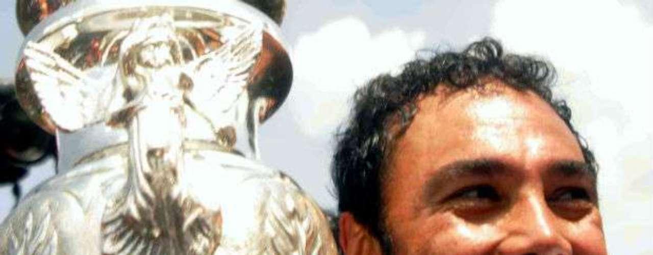 El 'Penta' empezó a dirigir a los Pumas en el 2000. Cumplió una primera etapa hasta el 2002. Después, el 'Hijo pródigo' regresó a la UNAM y ahí fue la cúspide como estratega, pues en el 2004 logró un bicampeonato. Aquí Hugo con su primer título en el Clausura 2004 tras vencer a Chivas en penales.