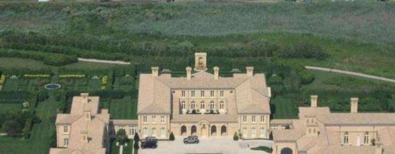 The Junk Bond Legend Ira Rennert's Mansion  tiene 67,000 pies cuadrados , fue construida en Sagaponack, NY. La casa conocida con el nombre de Fresh Fields  se encuentra a las afueras de New York en Long Island.  Esta área,  los famosos Hamptons donde personas de influencia y riqueza pasan el verano. Tiene además 63 acres de terreno frente al mar.
