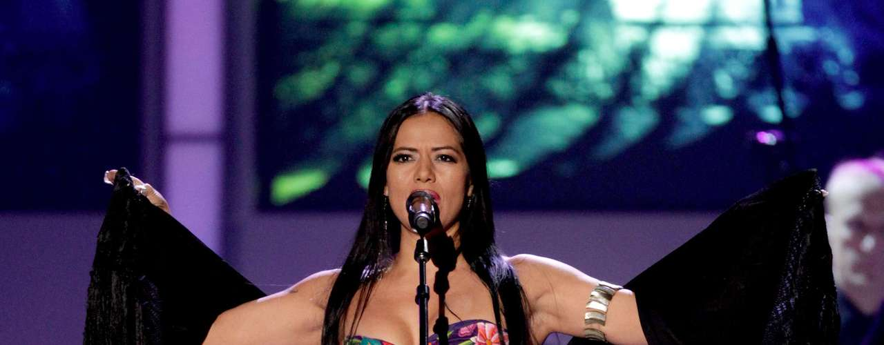Lila Downs-in a svelte outfit-sang \