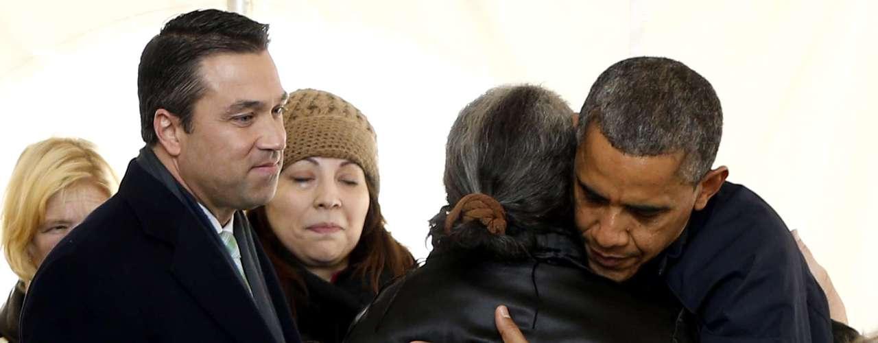El presidente se encontró con muchos residentes que siguen sufriendo las secuelas de Sandy, haciendo fila para recibir alimentos y otros tipos de ayuda.