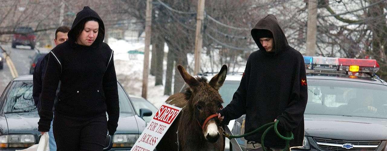 Un hombre y una mujer que fueron descubiertos al haber destrozado una imagen del niño Jesús en un nacimiento al aire libre de una iglesia católica recibieron la orden de un juez de Ohio de marchar por la ciudad con un burro para pedir disculpas públicas.