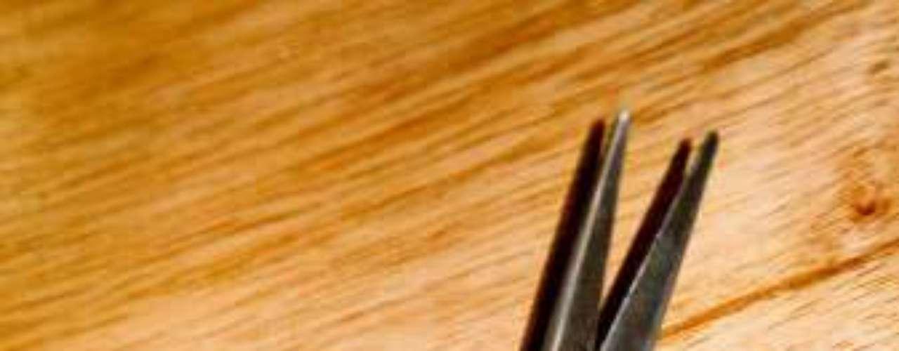 La madre de una niña de 13 años de edad en Utah le cortó la cola de caballo a su propia hija luego que esta menor y otra chica usaron unas tijeras para cortarle el cabello a un menor de tres años que apenas habían conocido en un restaurante McDonald's. La adolescente fue llevada a la corte en mayo por el caso y el juez ordenó que su madre le cortara la cola de caballo en pleno tribunal a fin de reducir la sentencia de servicio comunitario de la adolescente. La madre presentó después una queja formal, alegando que el juez la intimidó a cumplir la pena de \