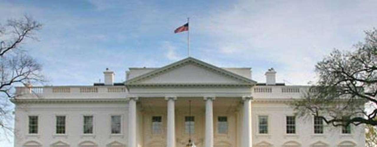 The White House tiene 55,000 pies cuadrados y está en Washington, D.C. En 1790 George Washington firmó una ley del congreso declarando la ubicación de la casa del gobierno federal, la Casa Blanca como el hogar del presidente en 10 kilómetros cuadrados a un lado del Potomac River. De acuerdo con Architectural Digest, \
