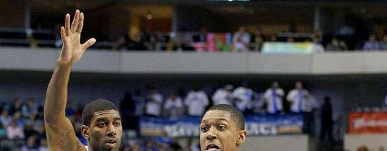 Wizards vs. Mavericks: Bradley Beal (3) supera a marca de O.J. Mayo (32) para intentar la canasta. Dallas sufrió para mantener la ventaja y vencer 107-101 ante Washington en el American Airlines Center.