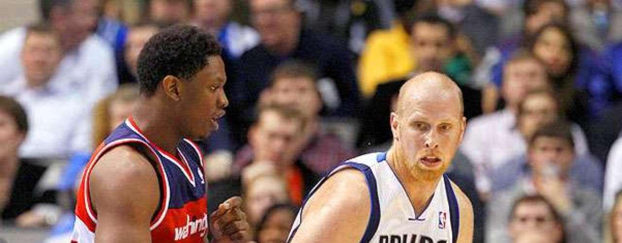 Wizards vs. Mavericks: Chris Kaman (35) observa los espacios que le deja la defensa de Kevin Seraphin (13). Dallas sufrió para mantener la ventaja y vencer 107-101 ante Washington en el American Airlines Center.