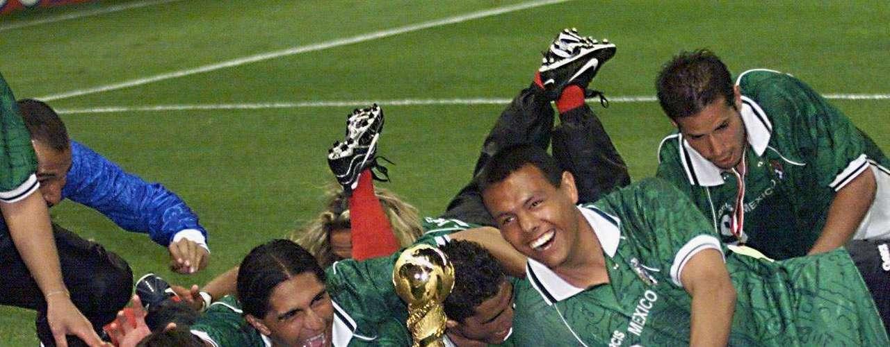 En aquella ocasión, México celebró el título ante su afición que se entregó por completo. La celebración fue muy peculiar al dejar el trofeo en una esquina y todo el equipo salió corriendo para barrerse hacía él.