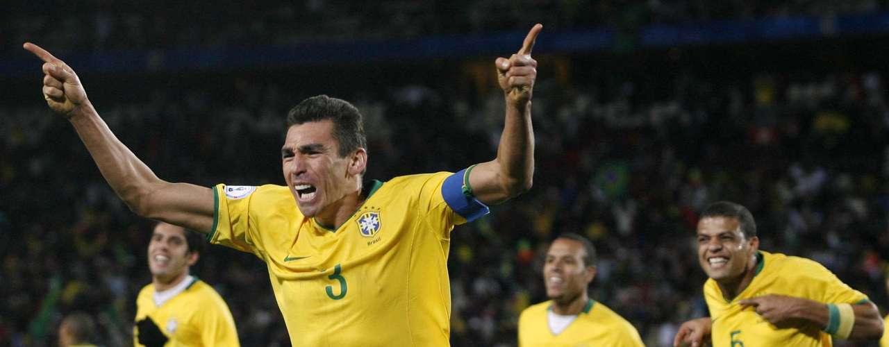 Lucio fue el capitán que comandó a Brasil para conseguir su tercer trofeo de Copa Confederaciones y su primer bicampeonato.