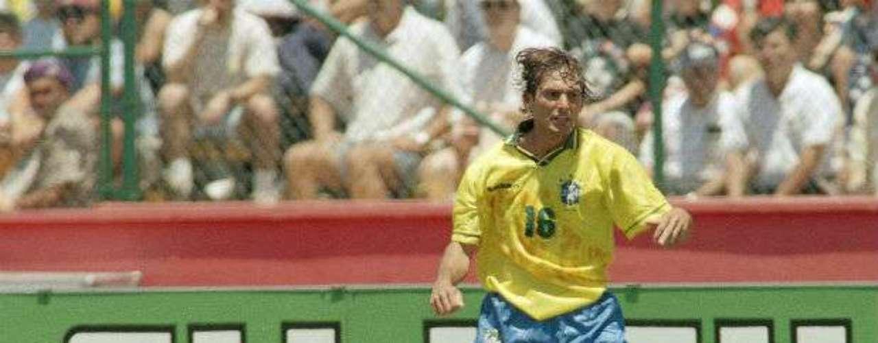 En el Mundial de Estados Unidos 94, Leonardo de Brasil, le provocó una fuerte conmoción al jugador de las Barras y las Estrellas, Tab Ramos, producto de un codazo. El futbolista estadounidense tuvo una fractura en el cráneo y ya no pudo recuperarse para continuar con su carrera.