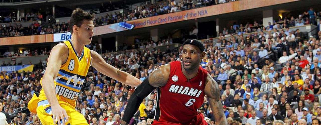 Heat vs. Nuggets: LeBron James intenta driblar a Danilo Gallinari. El campeón Miami venció 98-93 a Denver y rompe una racha de 10 derrotas consecutivas en Colorado.