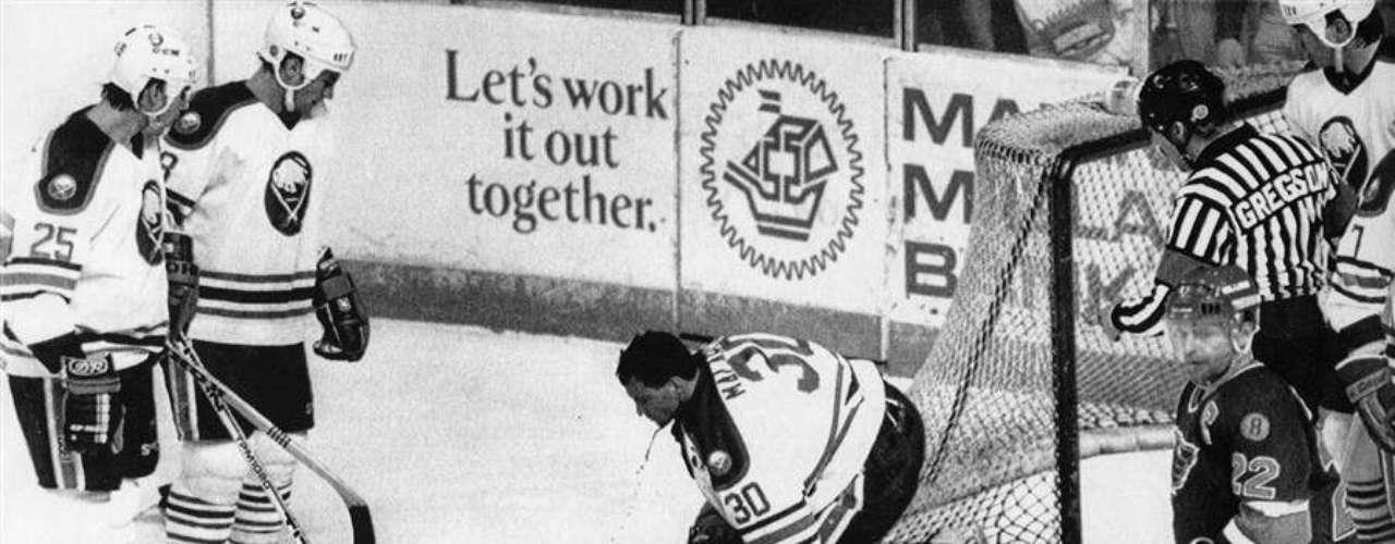 Clint Malarchuk, un patinador de la NHL, tuvo un momento de pánico ya que con una cuchilla de un patin de otro jugador se cortó el cuello. La sangre comenzó a brotar de manera intensa. Malarchuk estuvo al borde la muerte, pero se salvó de milagro