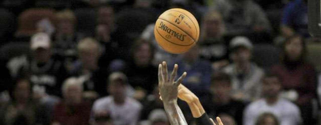 NY Knicks vs. Spurs: DeJuan Blair (45) disputa el balón con Tyson Chandler, Jason Kidd y Carmelo Anthony (7). Los Knicks de Nueva York remontaron una desventaja de 12 puntos para vencer 104-100 a los Spurs de San Antonio.