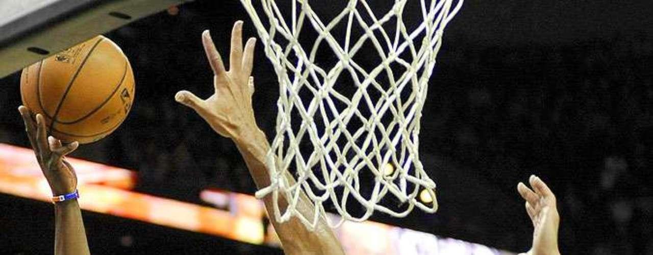 NY Knicks vs. Spurs: Ronnie Brewer intenta su disparo ante la marca de Tim Duncan. Los Knicks de Nueva York remontaron una desventaja de 12 puntos para vencer 104-100 a los Spurs de San Antonio.