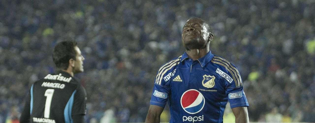 Wilberto Cosme se lamenta después de haber errado una de las claras que tuvo antes de marcar el gol del empate parcial en Bogotá