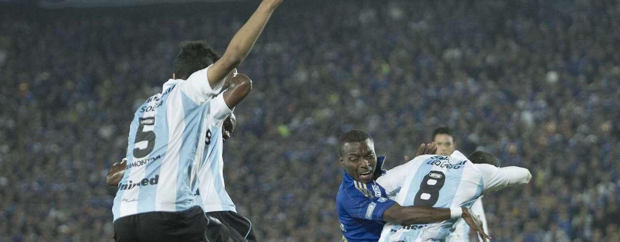 En el primer tiempo fingió una falta en el área que el árbitro ecuatoriano evitó pitar