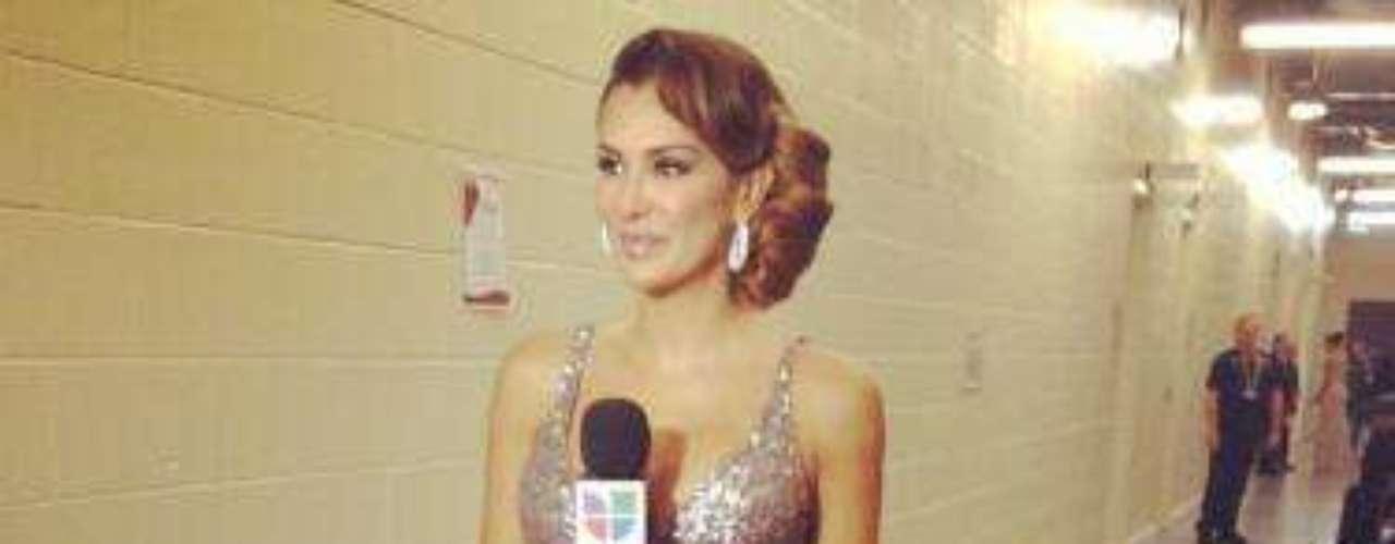 Ninel Conde dejó huella en la ceremonia de entrega del Latin Grammy 2012, al lucir como presentadora del show uno de sus matadores y característicos escotes.