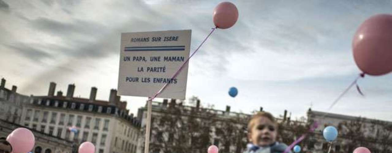 Fuera de París, se celebraron marchas en grandes ciudades como Lyon (27.000 participantes, de acuerdo con los organizadores, 22.000 para la policía), Rennes, Nantes, Montpellier, Marsella o Toulouse (10.000 según los convocantes, 5.000 según la policía), donde la policía lanzó gases lacrimógenos contra varios cientos de contra-manifestantes que no tenían autorización para su concentración.