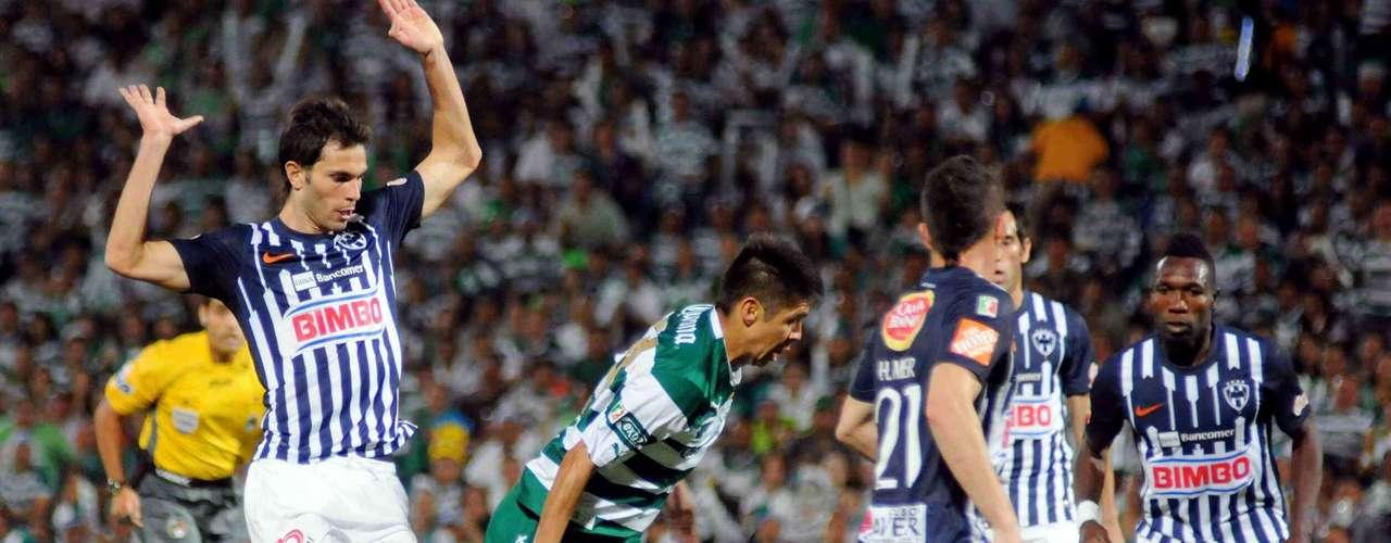 El 20 de mayo, con goles de Ludueña y Oribe Peralta (imagen), Santos por fin consiguió la cuarta estrella liguera de su historia tras derrotar 2-1 a Monterrey (3-2 global). De paso, los laguneros lograron algo 'inédito': hacerle perder a Víctor Manuel Vucetich, el \