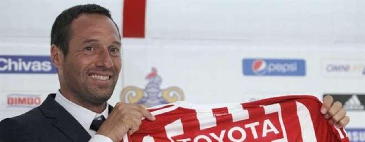 El 25 de mayo, Chivas 'sorprende' al presentar al holandés John van't Schip como su nuevo entrenador.