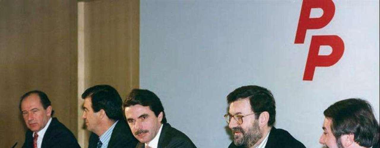El expresidente del Gobierno José María Aznar asegura en sus memorias que la decisión más difícil que ha tomado en su vida fue mantener su compromiso de no presentarse a un tercer mandato y señala que la elección de Mariano Rajoy como su sucesor fue por el interés de España. Eso sí, especifica que, en el año 2000, por dos veces le ofreció a Rodrigo Rato que le sucediese al frente del partido y del Gobierno. Según Aznar, Rato rechazó esta oferta porque no se veía capaz de asumir esa responsabilidad en ese momento porque tenía niños pequeños. Según Aznar en 2003 Rato cambió de idea y le dijo que quería ser candidato, pero para entonces la apuesta del ex presidente ya era Mariano Rajoy.