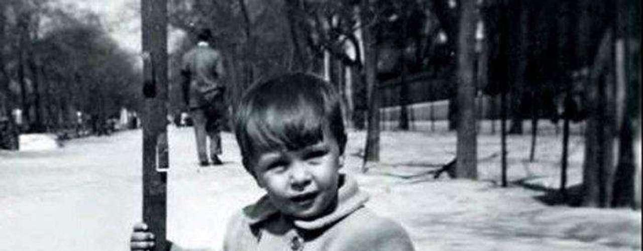 José María Aznar de niño de paseo en el parque del Retiro de Madrid que forma parte de \