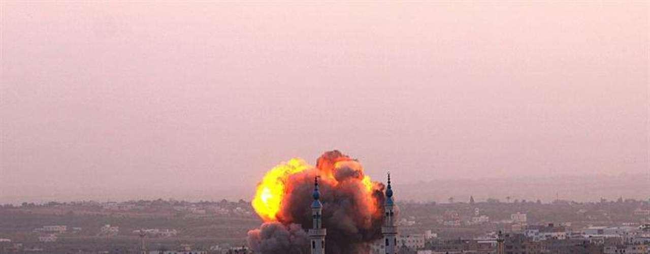 Humo en la cidad de Gaza tras el ataque israelí en la tarde de este sábado sobre varios edificios de Hamas.