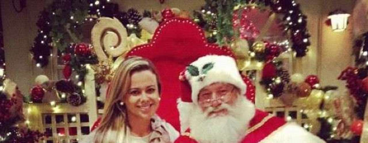 Cibelle went to talk to Santa Claus to ask him for a new boyfriend this Christmas. As you can see Santa Claus looks very happy and could follow Romario's steps and leave his wife.