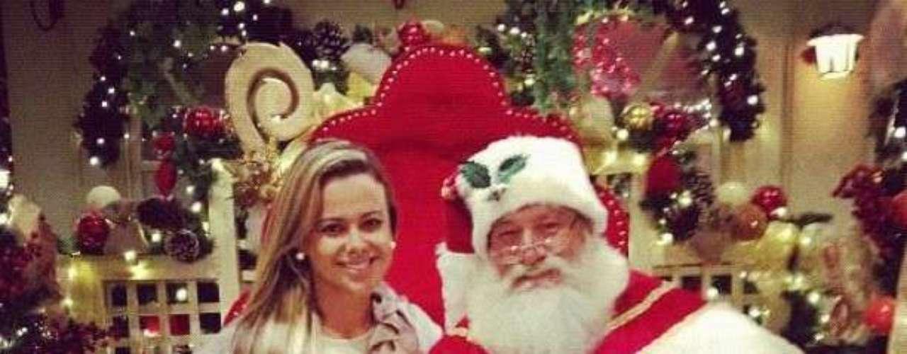 Cibelle fue a hablar con Santa Claus para pedirle un nuevo novio esta Navidad. Como se puede ver a Santa Claus se ve muy feliz y podría seguir los pasos de Romario y dejar a su esposa.
