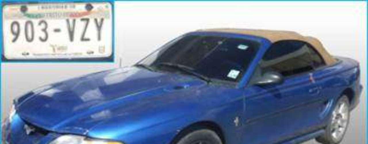 También les fue asegurado un vehículo marca Ford Mustang, color azul, con placas de circulación 903 VZY del Distrito Federal, dinero en efectivo, cinco equipos de telefonía móvil y documentación diversa.