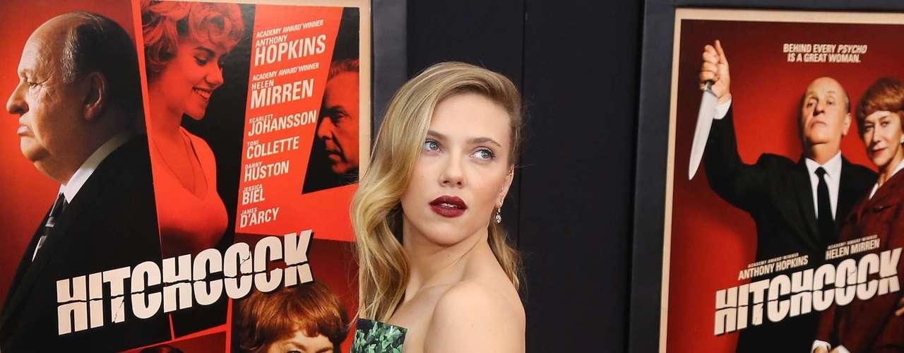 Scarlett Johansson asistió a la premiere de la película 'Hitchcock' en Nueva York en donde lució mucha piel, súper sexy y muy juntita a Jessica Biel