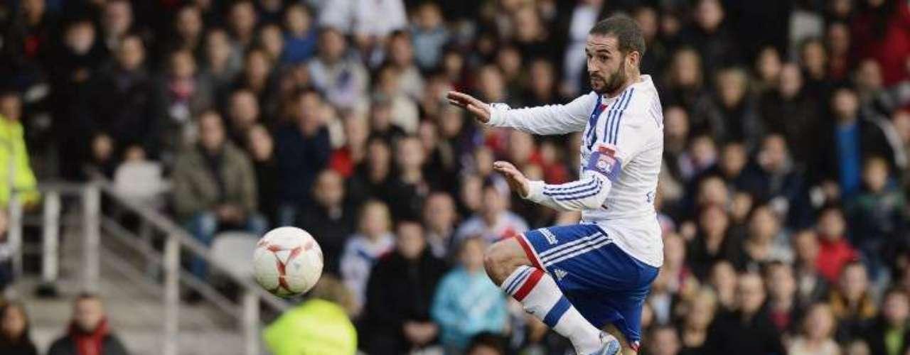 Con autogol de Anthony Weber y anotaciones de Bafetimbi Gomis y Lisandro López, el Olympique de Lyon goleó 3-0 al Stade de Reims y aprovechó las derrotas de PSG y Marsella para brincar a la cima de la Ligue 1.