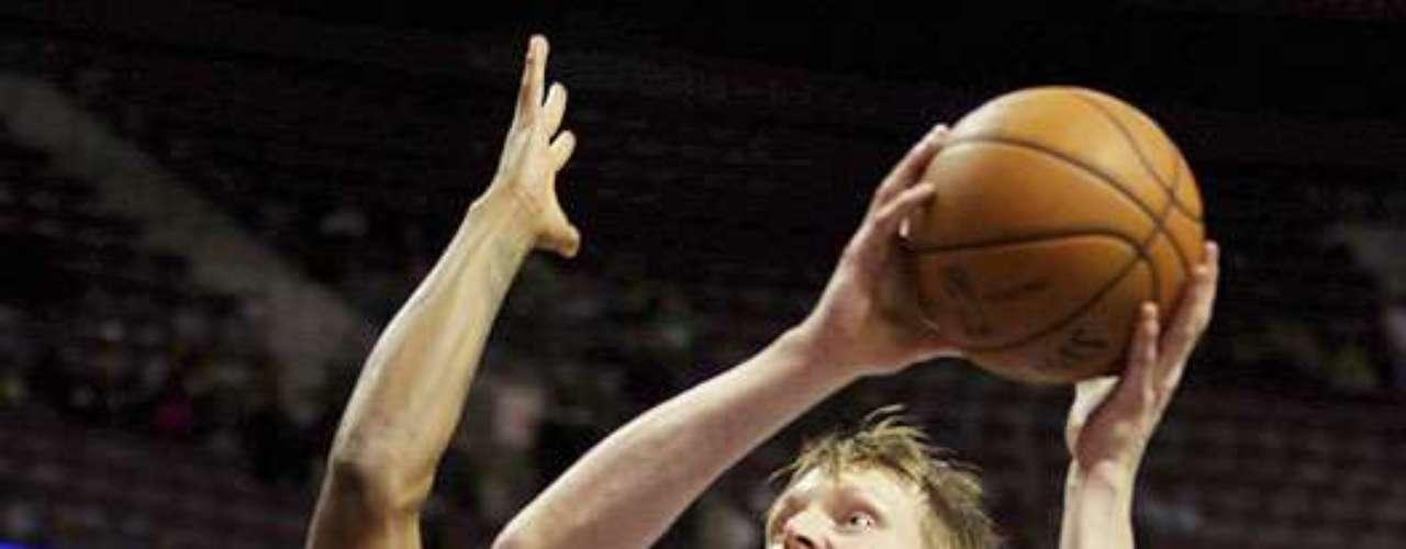 Celtics vs. Pistons: Kyle Singler (25) intenta encestar el balón ante la marca de Paul Pierce (34). Detroit venció 103-83 a Boston para sumar su primer triunfo en casa y segundo en la temporada.