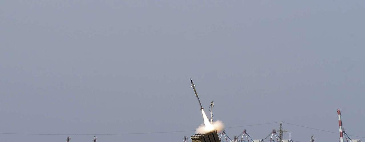 El sistema detecta los lanzamientos de misiles o cohetes y casi al instante determina las coordenadas del rumbo del proyectil enemigo. Con esa información, dispara un cohete interceptor de inmediato con una cabeza especial que se estrella con el misil en cuestión de segundos, en pleno aire.