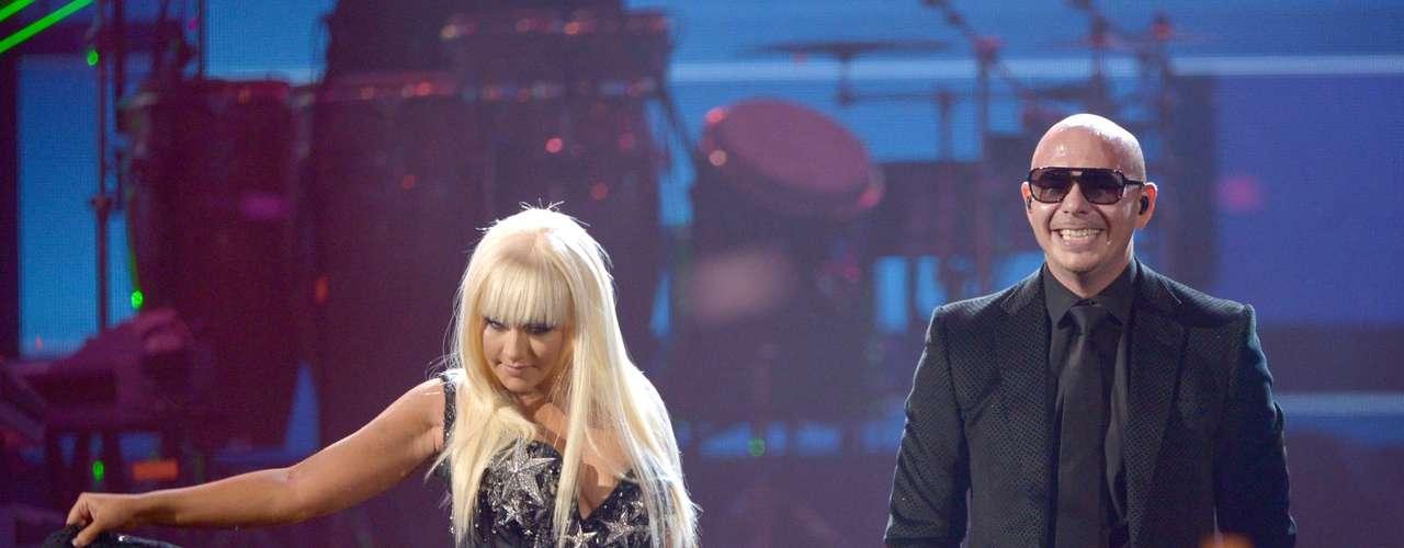 La conexión que hubo entre Pitbull y Christina Aguilera sobre el escenario de los American Music Awards 2012 fue tal, que el rapero aprovechó esa química para estamparle un beso y sentir bien cerca las voluptuosas curvas de la diva. Durante el show, donde Xtina interpretó un popurrí de material de su nuevo disco \