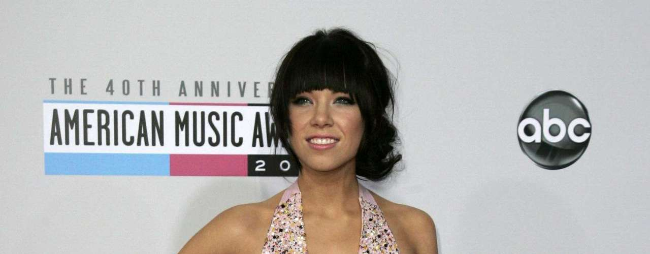 Pop star Carly Rae Jepsen arrives at the 40th American Music Awards in Los Angeles, California November 18, 2012.