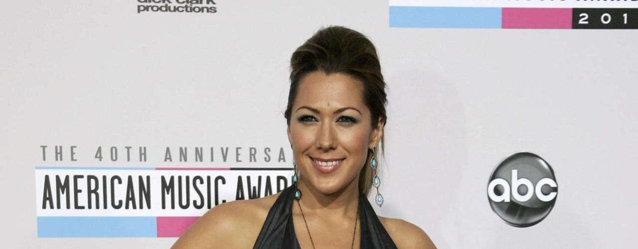 La cantante Colbie Caillat elegante en la alfombra roja de los American Music Awards, celebrados el 18 de noviembre en Los Angeles, California.